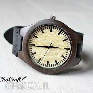 drewniany zegarek z sandałowca, na czarnym skórzanym pasku, zegarek