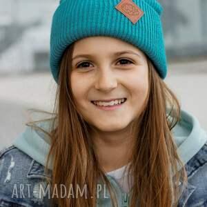 turkusowa czapka dziecięca logo ekoskórka, kids beanie, wywijana