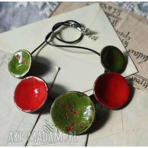 Wisior czerwono-zielony nakrapiany, ceramika, wisior