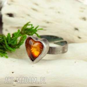 pierścionek srebrny z bursztynowym sercem a708, bursztyn
