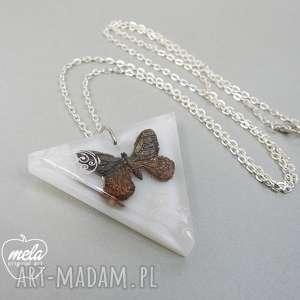 hand made wisiorki 0298/ mela wisior z żywicy trójkąt motyl