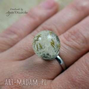 pierścionek kula z żywicy nasionami dmuchawca, stal chirurgiczna