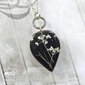0756 mela wisiorek z żywicy kwiatami - czarny wisiorki art