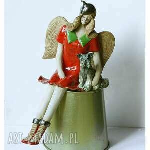 ceramika anioł siedzący z pieskiem, ceramika, anioł, pies