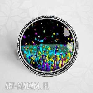 Prezent kosmiczna łąka- unikatowa broszka ze szkłem artystycznym, nowoczesna