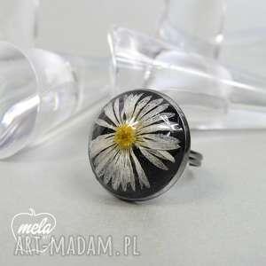 0537 mela pierścionek - stokrotka w żywicy art pierścionek
