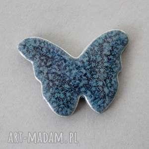 motyl-broszka ceramiczna, minimalizm, subtelna, przypinka, czapka, jeansy, święta