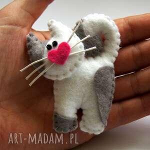 Prezent Biały kotek - broszka z filcu, kot, serce, wasy, broszka, filc, upominek