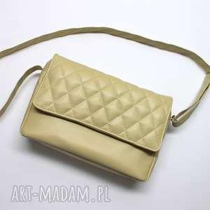 listonoszka z pikowaną klapką - beżowa, elegancka, nowoczesna, pakowna, prezent