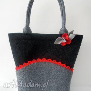 na ramię filcowa torebka - koszyczek z czerwoną falbanką i broszką, filc, folk