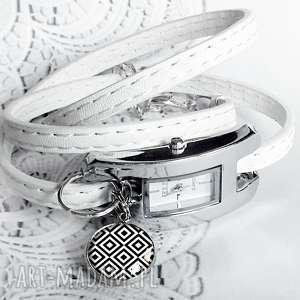 zegarek damski na pasku skórzanym z zawieszką- czarno-biały, czarno-biała, delikatny