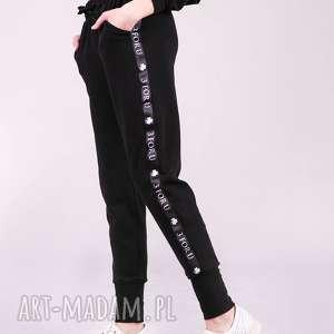 Spodnie dresowe damskie ze ściagaczem i lampasem trzyforu