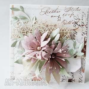 Kartka w pudełku z ozdobnym szyldem, życzenia, rocznica, urodziny, ślub