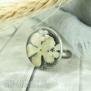 0928/mela pierścionek z żywicą i kwiatami, pierścionek, żywica, epoksyd, kwiaty
