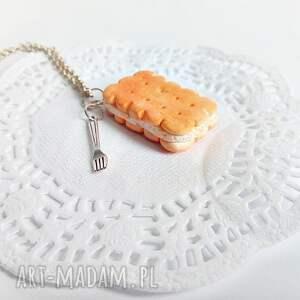 Maślany herbatnik z kremem - wisiorek z łańcuszkiem - handmade