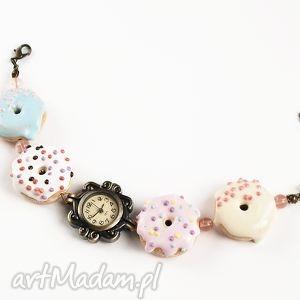 zegarek na rękę ze słodkimi donutami pastelowymi, zegarek, bransoletka, donuty