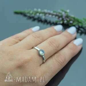 srebrny pierścionek z labradorytem i kuleczkami