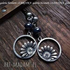 kwiatowe kolczyki z szafirów i srebra, szafir, srebro, oksydowane, kwiatki, kwiaty