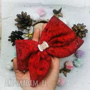 świąteczny prezent, koronkowa czerwień, kokarda, spinka, koronka, dziewczynka