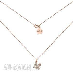 naszyjnik z różowego złota literką wysadzaną bezbarwnymi kryształkami, litera