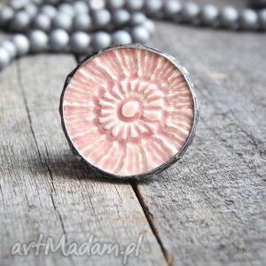 koronkowy pierścień gigant light pink, unikat, ceramika