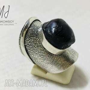 monika piankowska unikatowy srebrny pierścionek z kamieniem granat rękodzieło