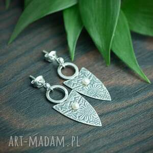 srebrne kolczyki trójkątne w kwiaty z perłą, perłą