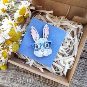 broszka królik, ręcznie malowana, drewno dębowe, broszka