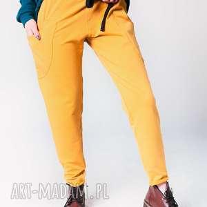 Spodnie w kolorze najmodniejszym musztardowym, spodnie-dress, wygoda, fashion, styl