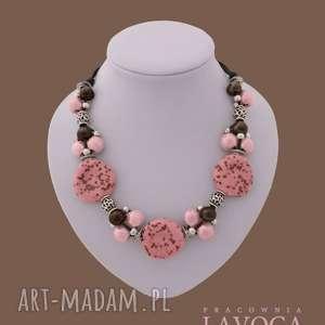 ręcznie robione naszyjniki piegi w różu - naszyjnik wykonany z naturalnego rzemienia z elementami ceramicznymi
