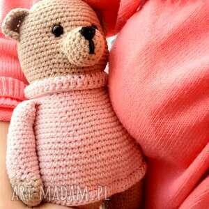 miś maskotka w różowym sweterku, pluszowy miś, szydełkowy, oryginalna