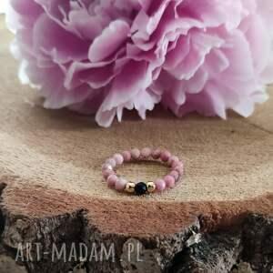 pierścionek z rodonitem i onyksem - cherry blossom v, elastyczny