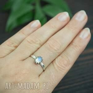 srebrny pierścionek z kamieniem księżycowym i podwójną obraczką, niebieskim