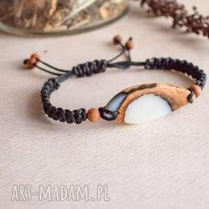 Urmila - bransoletka z drewna i białej żywicy sirius92 makramowa