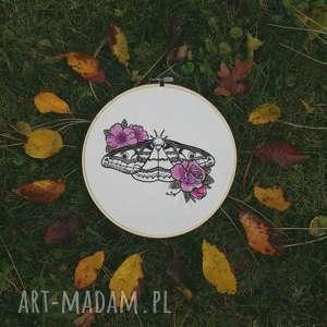 obrazek haftowany ćma, tamborek, haft, motyl, kwiaty, vintage