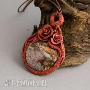 Wisior z jaspisem w różanej oprawie, róże, jaspis, wisior, naszyjnik, rzeźbiony, fimo