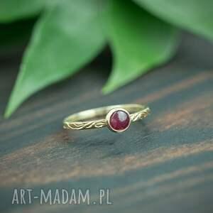 złoty pierścionek z rubinem i zdobioną obrączką, czerwonym oczkiem