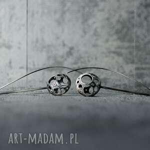 długie srebrne kolczyki awangardowe, nowoczesne wiszące inspirowane