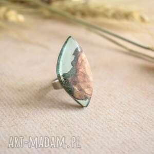 Transparentny pierścionek z żywicy i drewna drevniana regulowany