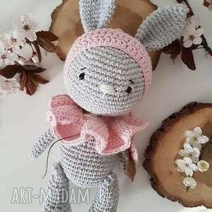 szydełkowy króliczek w czapce i kołnierzykiem, bunny, chrzest, urodziny