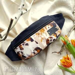 nerki nerka saszetka z psami beagle, psem, na spacer