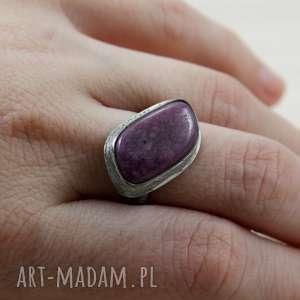 Rubin i srebro fakturowane - pierścionek 2797, rubin, srebro,