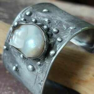 bransoletka z perłową miedziana bransoletka, perła biała, folk, metaloplastyka