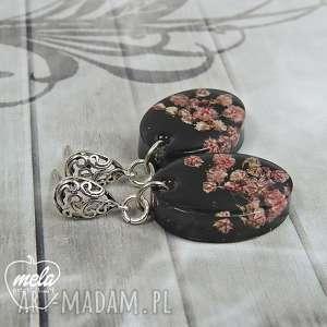 0611 mela - kolczyki z żywicy kwiatuszki czarne tło art kolczyki