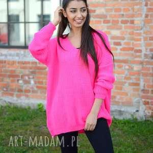 swetry damski sweter oversize, jesienny, luźny, szeroki, neonowy róż, dekolt