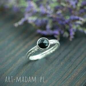 srebrny pierścionek zdobiona obrączka z czarnym onyksem