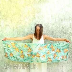 jedwabny szal malowany w liliowce pomarańczowe kwiaty na miętowym tle, liliowiec