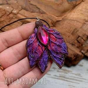 duży wisiorek leśny motyl w odcieniach fioletu, różu i brązu
