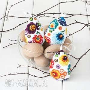 dekoracje jajka wielkanocne, łowickie pisanki na białym tle, łowickie