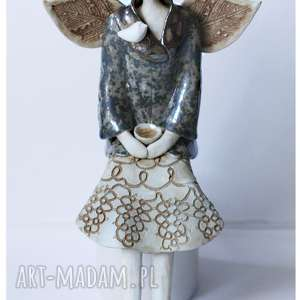 anioł siedzący o oranżowych włosach, ceramika, anioł, ptak
